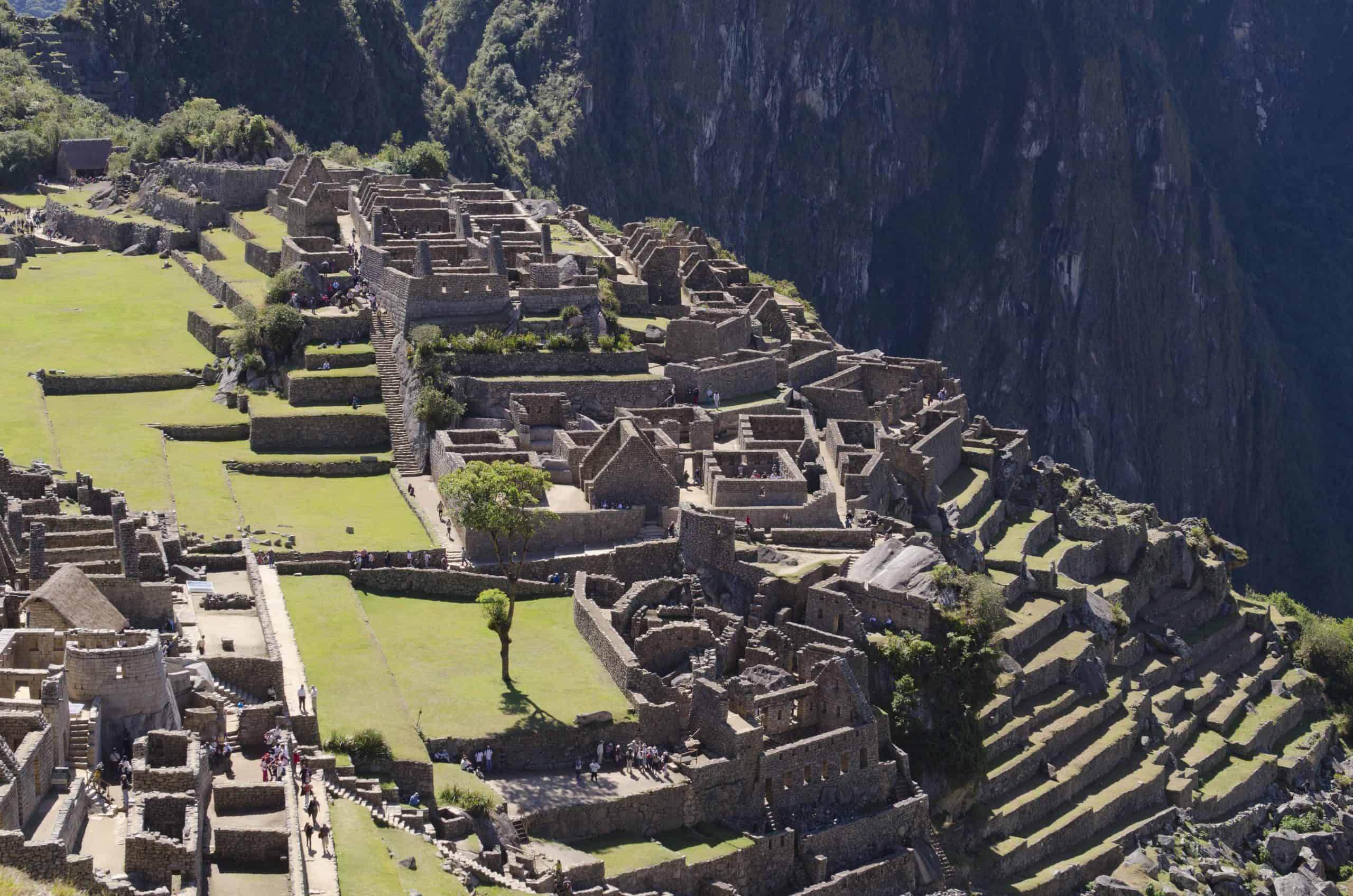 Vista de la Zona de los Morteros y el Grupo de las Tres Portadas en la Ciudadela de Machu Picchu.