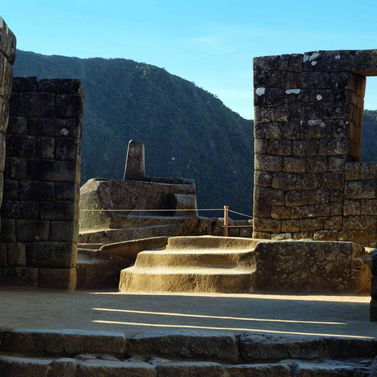 Intihuatana o reloj solar en la ciudadela de Machu Picchu
